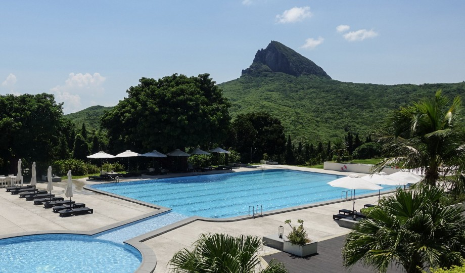 gloria-manor-outdoor-pool-m-13-r